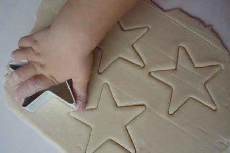 Decorazioni natalizie con la pasta di sale e le formine dei biscotti: lavoretti per bambini e mamme