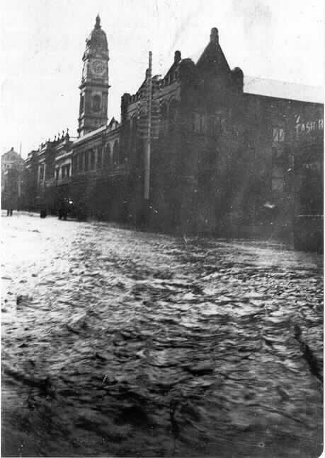 PH 7489. Flood waters in Chapel Street just north of the town hall, 25 January 1907.