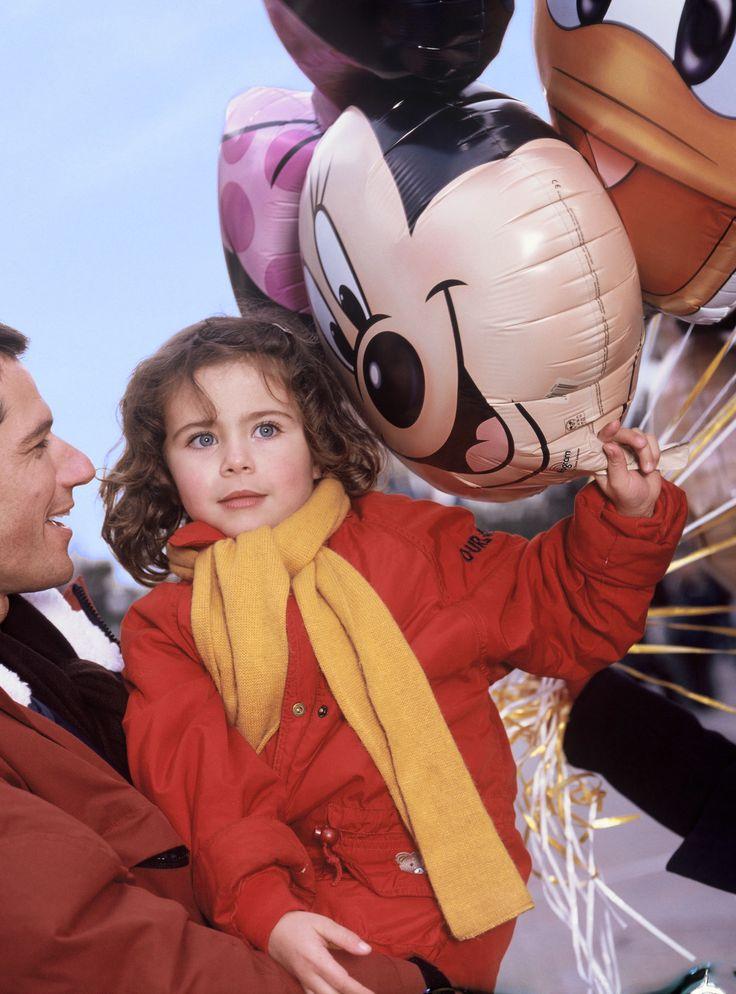 Disneyland Park, Main Street U.S.A - Guests With Balloons, Disneyland Paris