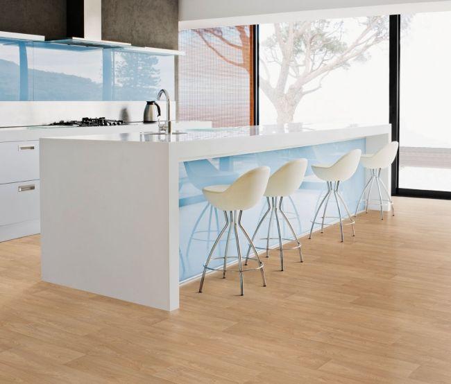 minimalismus küche weiß hochglanz fronten babyblau