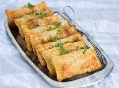 Frasiga och goda smördegspiroger med fetaost, spenat och soltorkad tomat. Lika goda att avnjutas kalla som varma. De är ett perfekt tillbehör på buffébordet eller att ta med på picknicken. Du kan byta ut soltorkad tomat mot champinjoner, paprika, majs eller något annat som du gillar. Jagserverar mina piroger med sallad och örtyoghurt, gott! 10 st smördegspiroger med fetaost och spenat 10 st små smördegsplattor (finns i frysdisken i de flesta mataffärer) 1 lök 150 g färsk bladspenat 150…