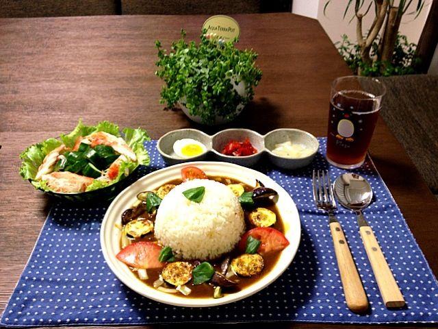 今回の夏野菜は、バジル・トマト・茄子・ズッキーニです。因みにバジルは家庭菜園です。 (^O^) - 141件のもぐもぐ - 夏野菜とチーズのカレーライス、カニカマサラダ、ゆで卵・福神漬・らっきょう by pentarou