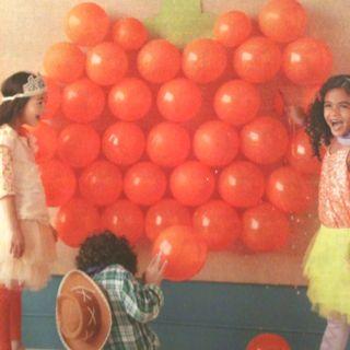 Leuk spelletje voor op de Vrijmarkt. Misschien in de vorm van een kroon. Wie prikt de meeste ballonnen? Via Martha Stewart magazine.