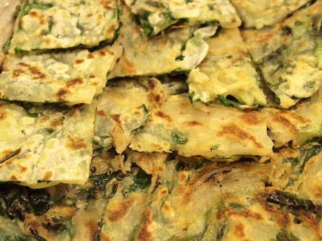 さくっ&もっちり♪簡単ニラチヂミ  卵なし!野菜を切ったら混ぜて焼くだけ。 ニラと玉ねぎがよく合います。チヂミは韓国料理の日の副菜にとっても簡単♪