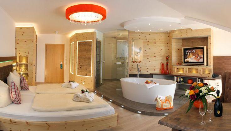 Zimmer mit Whirlpool im Hotel Hüttenhof in Grainet, Deutschland.