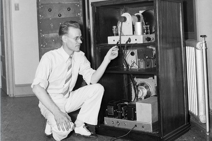 PHILO T. FARNSWORTH DEMONSTRATING HIS TV UNIT FOR THE PRESS IN 1935
