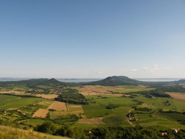 Az egyik legszebb balatoni panoráma a Csobánc tetejéről. Háttérben a Tóti-hegy, Fonyód hegyei, a Gulács és a Badacsony...  (Source:Balcsi.net - fb oldal)
