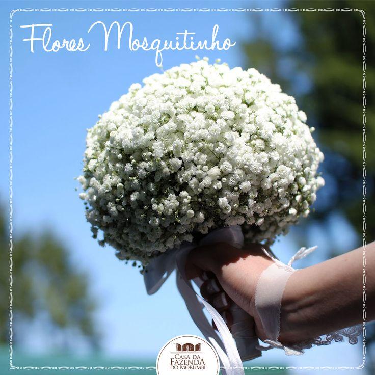 """Quando falamos de decoração de casamento, as flores ocupam um papel fundamental. As gipsófilas, mais conhecidas como """"mosquitinho"""", fazem muito sucesso, independente do estilo da noiva. Pequenas, românticas e versáteis, combinam com a decoração de quem busca um casamento cheio de detalhes, e tem tudo a ver com casamento no campo! É linda, delicada e fica perfeita quando usada inclusive no buquê da noiva!"""