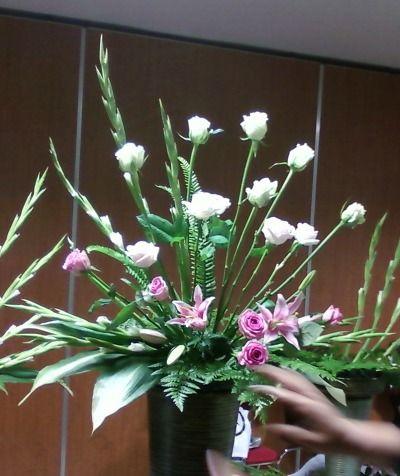 제대 꽃꽂이 강습 오늘은 꽃장님께서 실습하셨던 작품을 우리도 그 유형으로 실습해보았다. 장미, 글라디올러스, 리시안셔스, 시베리안, 엽란, 기타등등.... 꽃장님 실습 작품 먼저 글라디올러스로 기본 구도를 잡은후 아랫부분을 소재로
