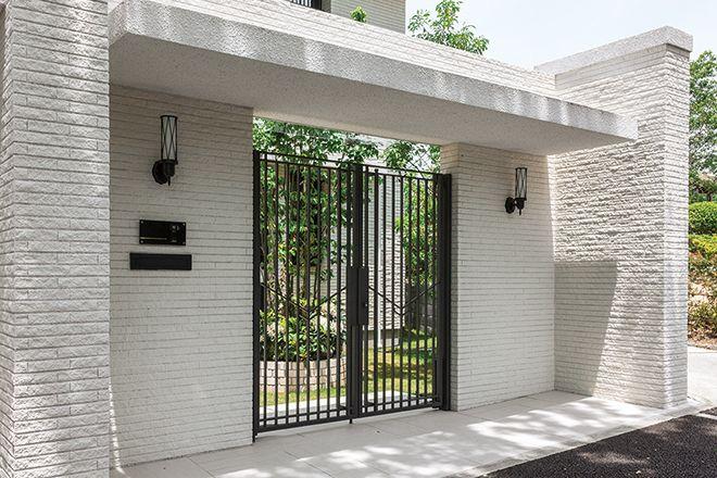 外壁と同じタイルで仕上げた門