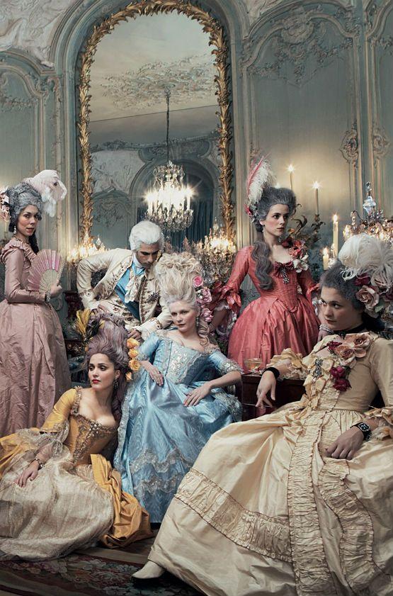 Maria Antonieta interpretada por Kirsten Dunst. En esta imagen se aprecian los voluptusos vestidos de la época Barroca.