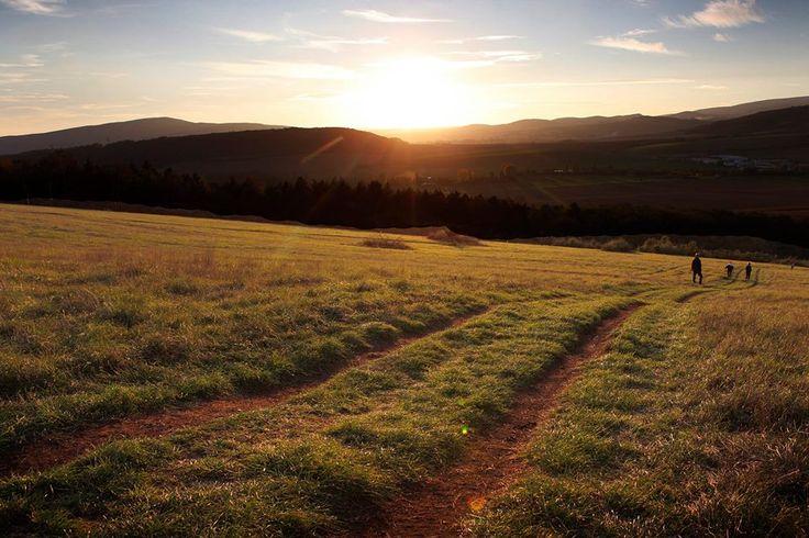 Podvečerný výhľad na Biele Karpaty - reportík z výletu k Haluzickému kostolíku už čoskoro