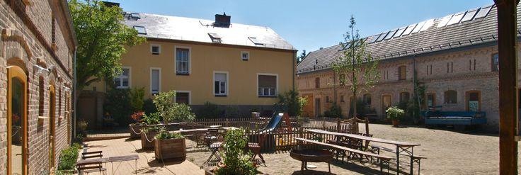 Innenhof Links Schwalbennester (Ferienwohnungen), Mitte Familienhaus, Rechts Saal, Café und Ferienwohnungen Großes und Kleines Storchennest