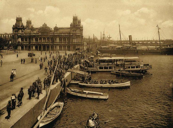 """Vista del port de Barcelona amb """"Las Golondrinas"""" i les barques de passeig. 1915-1925. Arxiu Fotogràfic de Barcelona"""