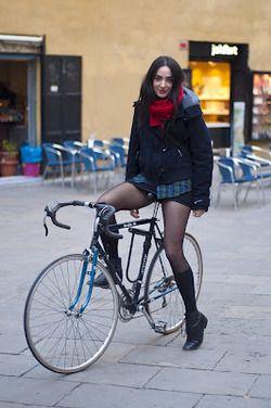 Nackte Frauen auf Fahrrädern