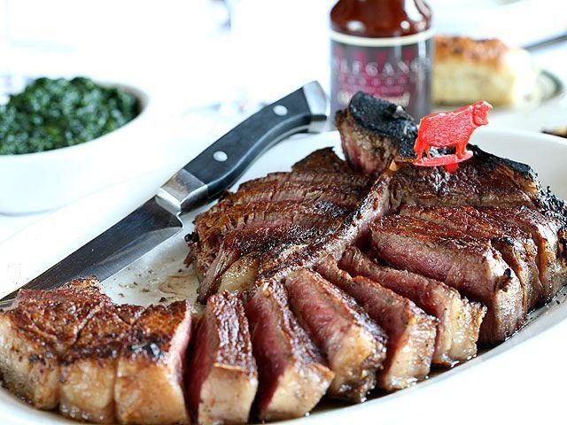 ウルフギャングステーキハウス 看板メニューの熟成肉「ポーターハウス・ステーキ」