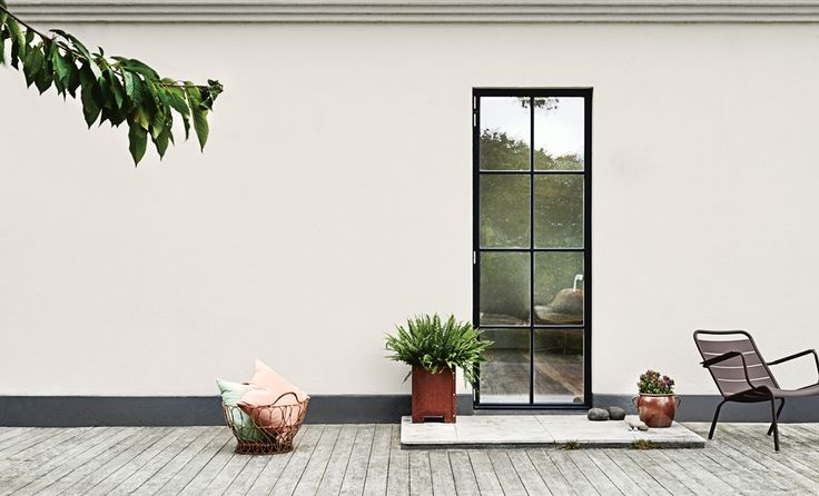 Clean and simple. Black details gives this beautiful white facade a modern and elegant look.