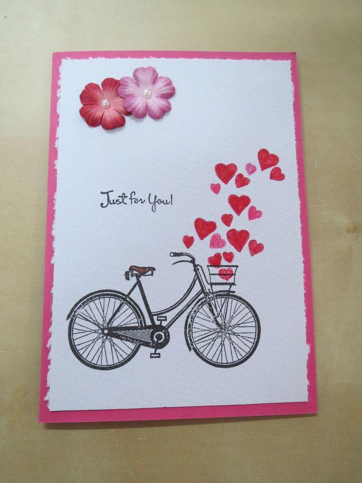 Pyörän kuva on leimattu, sydämet piirretty ja kukat on valmiita paperikukkia.