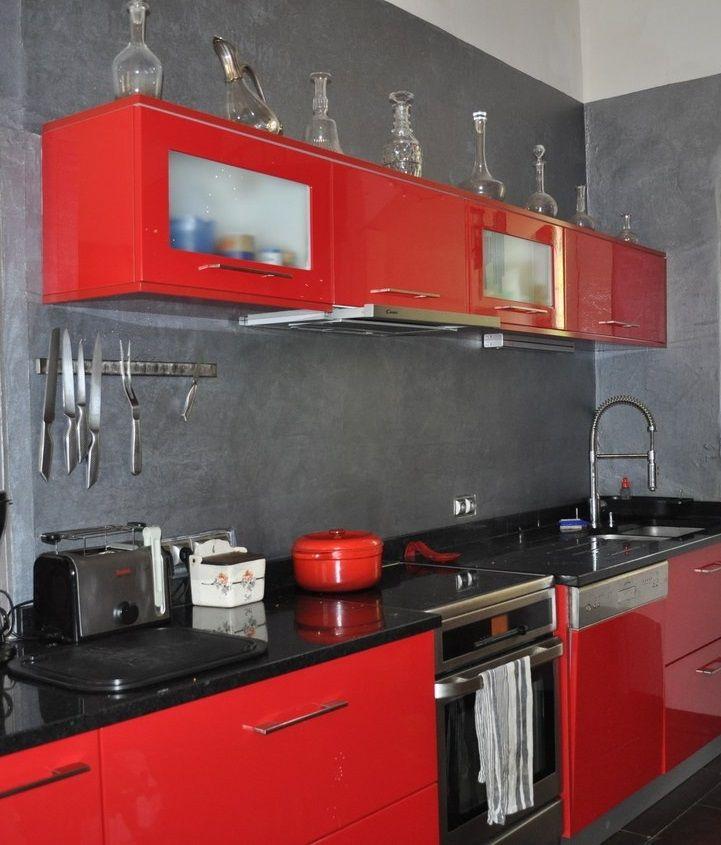 Crédence effet béton gris anthracite dans cuisine rouge et noire