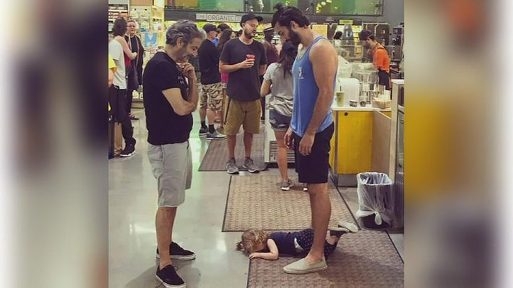 Photo of dad remaining calm while toddler throws tantrum goes viral | abc7ny.com