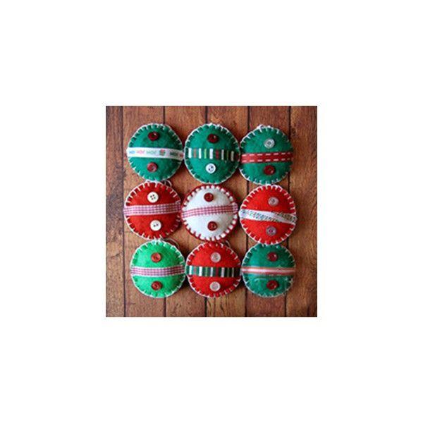 Globuri decorative din fetru, decorate cu nasturi si panglicute. Sunt perfecte pentru decorarea bradului de craciunDiametrul aproximativ: 6.5cm.Pret/buc