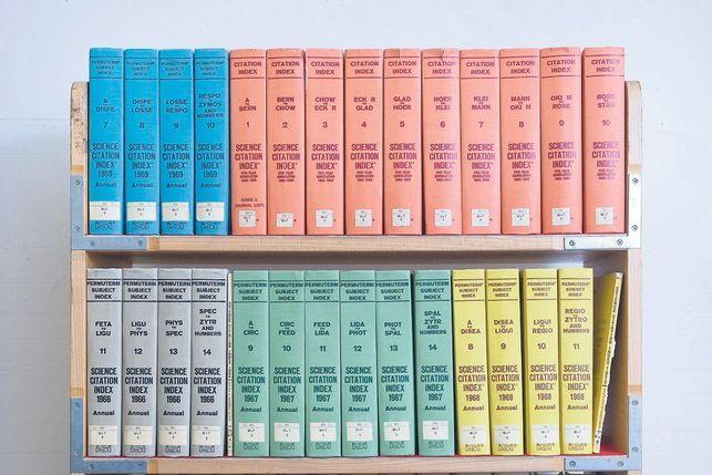 Das kann doch nicht alles sein: wissen, wer wen zitiert – Bände des Science Citation Index.