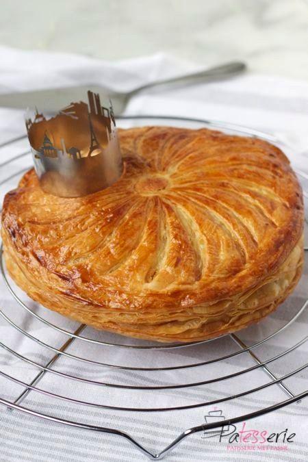 Traditioneel wordt in Frankrijk Drie Koningen gevierd met een heerlijke Galette des Rois oftewel een driekoningentaart. Een heerlijke krokante bladerdeegtaart, traditioneel gevuld met frangipane, een amandelcreme.
