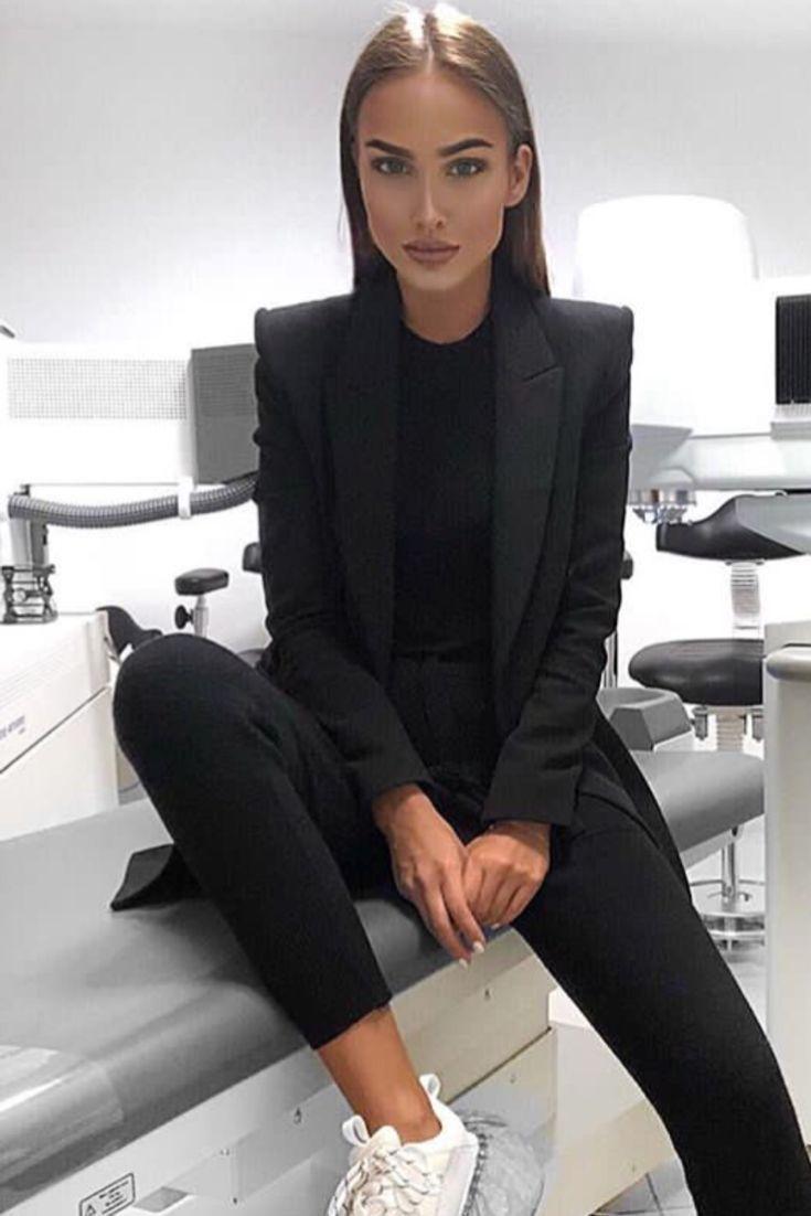 Trendy Sneakers 2018: Fashion Chic Casual Woman mit schwarzem Anzug-Set und weißen Sneakers