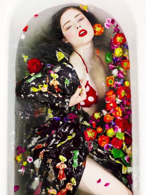 Photos d'inspiration salle de bain pour shooting mode www.nofacenoname.blogspot.fr Instagram : @nofacenonameblog Twitter : @nfnnblog Facebook : https://www.facebook.com/nofacenonameblog #bain #baignoire #salledebain #bathroom #bath #bathtub #fashion #mode #editorial #shooting #flower #fleurs #cocorocha