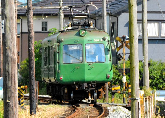 熊本電鉄菊池線を走る「青ガエル」=熊本市北区清水町打越