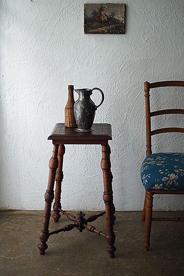 クルミのサイドテーブル-antique walnuts side table 廊下の突き当たり、壁掛け鏡の真下に置くスタンドランプ用テーブルとされては。ウォールナットでこの形はサイズ違いで以前も出会い、買い付け先のローヌ=アルプ地方の家具の特性かも。ユニークな凹凸がある挽きもの加工の脚が四方に。例えばヘリンボーンに張った床に似合うとても暖かみある印象。木部に虫喰いやダメージ無く綺麗なコンディション。
