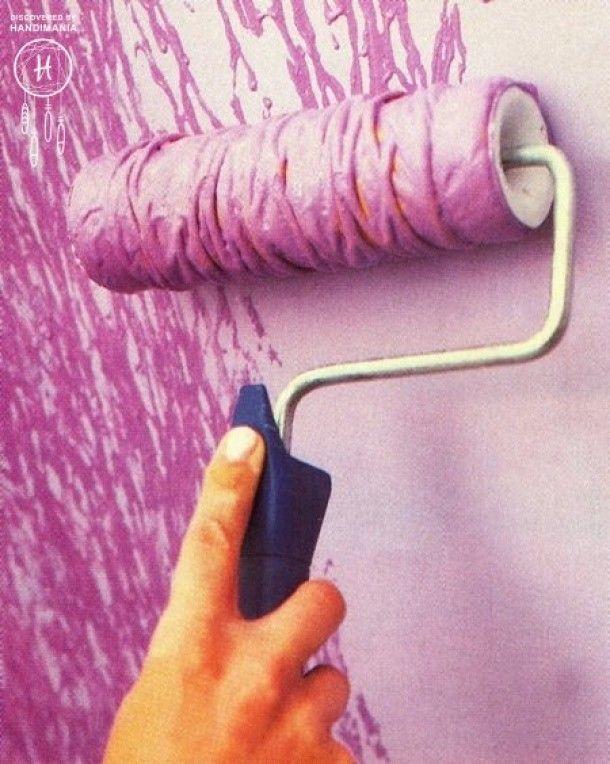 Door met een elastiek of touw om de roller te knopen krijg je een leuke structuur op de muur!