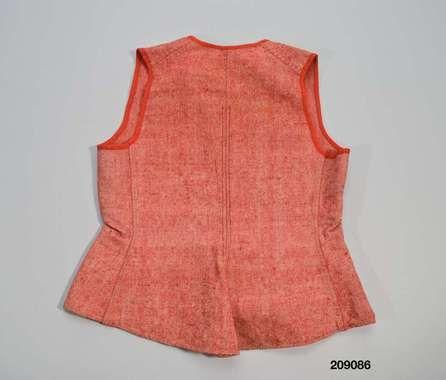 Livstycke 1880-1920. Smögen. Livstycke att bära under kläderna, hemvävt och hemsytt på maskin av rödmelerat halvylle med varp av vitt bomullsgarn och inslag av rött ullgarn i kypert. 2 framstycken med inprovningar i midjan, 2 ryggstycken, utsvängd i både sid-och ryggsömmar. och något rundad i nederkant bak. Hals-och ärmringningar kantade med röda ylletrikåband, Helknäppt fram med 6 vita porslinsknappar och knapphål tränsade med vit tråd.