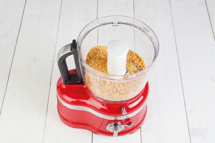 Met behulp van deze how-to maak je zelf heerlijke nougatine. Deze kan je gebruiken om taarten mee te decoreren, om over je ijs te strooien of om bijvoorbeeld door koekjesdeeg te kneden. Voor mij is deze nougatine ook onmisbaar bij de klassieke hazelnootschuimtaart. Het recept daarvoor plaats ik binnenkort. In plaats van hazelnoten kun je trouwens elke nootsoort gebruiken die je wilt. Het is ook erg lekker met blanke amandelen, pistachenootjes of walnoten. Aan de slag!  Ingrediënten 150 gr…