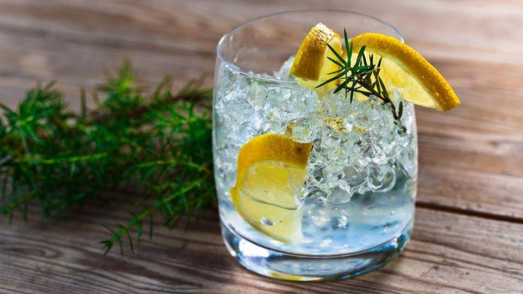 Agurk, peberrod, stjerneanis, rosmarin, timian og koriander kan gøre din gin og tonic mere interessant. Hardeep Rehal, der er en af Danmarks mest vindende bartendere, viser, hvordan du fremhæver ginens smag, laver kontrast til smagen eller begge dele. Få også 6 gin og tonic-variationer.