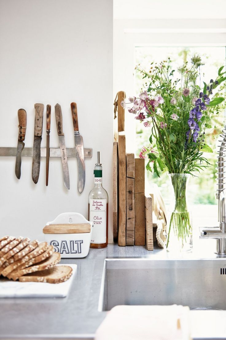 Kitchen close up with flowers, knife-holder and cutting boards | Styling @femkeido | Photographer James Stokes | vtwonen February 2015