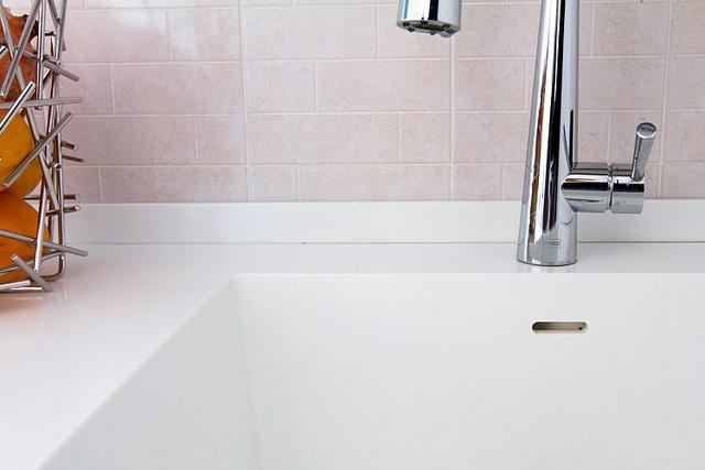 Cucina - Appartamento Lissone    Dettaglio lavello in acrilico saldato al piano di lavoro