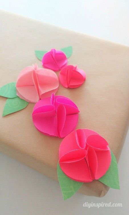 Can you believe this adorable decoration only requires circle punches, colored paper and glue? Learn how to make this simple DIY tutorial from @diyinspired!