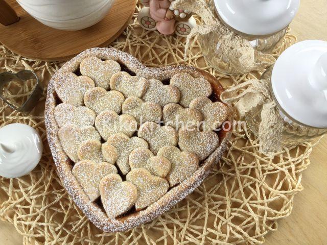 crostata a forma di cuore con marmellata