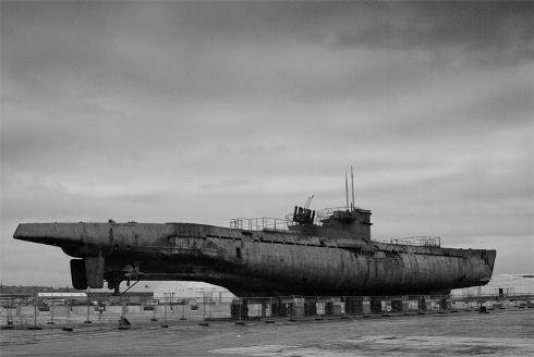 Submarino U-Boot 534    En el puerto de Liverpool yace un submarino alemán tipo U-Boot, el U-534, único submarino alemán recuperado después de haber sido hundido por los aliados.  La mañana del 5 de Mayo de 1945 el U-534 y su grupo fueron interceptados por un escuadrón de bombarderos B-24 Liberator y hundido en alguna parte entre Dinamarca y Noruega por cargas de profundidad. El submarino se fue hundiendo lentamente y 47 de sus 52 tripulantes pudieron escapar.