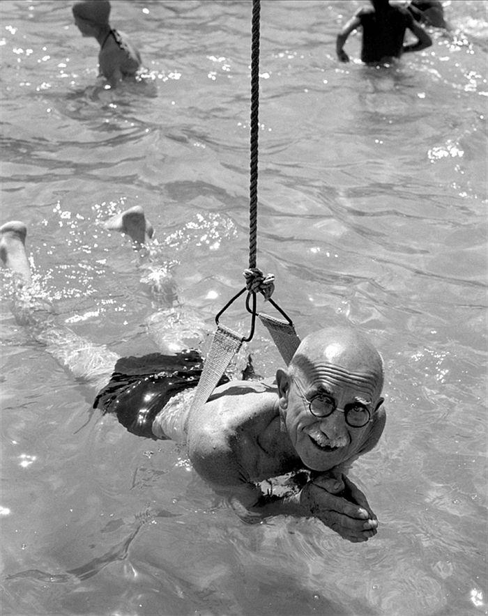 Az első úszólecke a Császár fürdőben, 1958. - © Keleti Éva