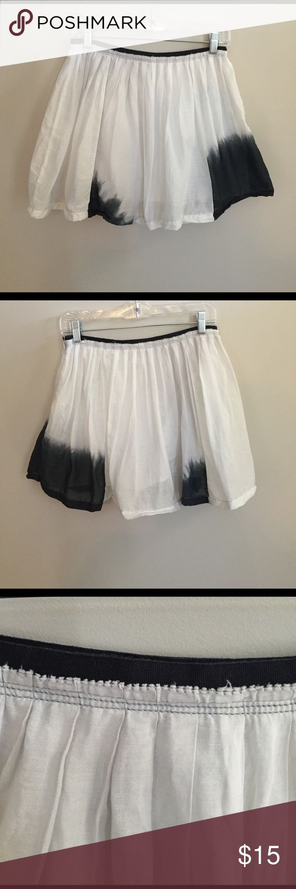 American Eagle Dip Dye Skirt White cotton skirt with navy dye accents. Slight fraying around the top- part of the design. Item is in like new condition. 100% cotton. American Eagle Outfitters Skirts Mini