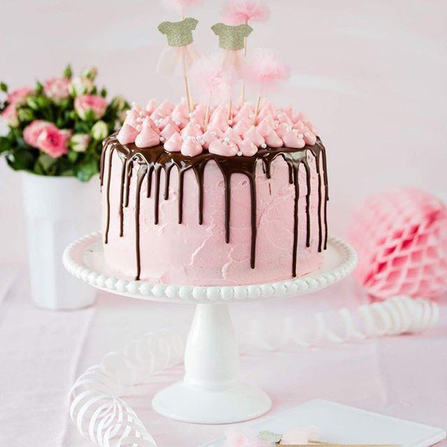 Der 1. Blogpost des Jahres ist mal wieder rosa🙈 So ist das eben wenn das neue Jahr direkt mit dem Geburtstag der kleinen Tochter beginnt. Mehr dazu jetzt auf dem Blog. Den schönsten Sonntag euch💕  #newblogpost #birthdaycake #birthday #cake #geburtstagstorte #backen #emmaslieblingsstuecke