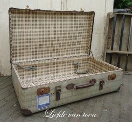Vintage koffer...Ik heb de koffer van mijn vader nog. Staat voor sier in de kamer, met plaids erin.