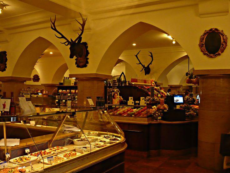 Alois #Dallmayr, ovvero il tempio del buon cibo! Storico negozio gourmet dove trovare prodotti di ogni tipo al massimo della qualità. Menzione speciale per il caffè (Dallmayr è anche una delle torrefazioni più note in Germania), il tè e il cioccolato - ma l'intero negozio è una tentazione infinita! I prezzi non sono esattamente popolari, ma un piccolo sfizio val la pena di levarselo :-)