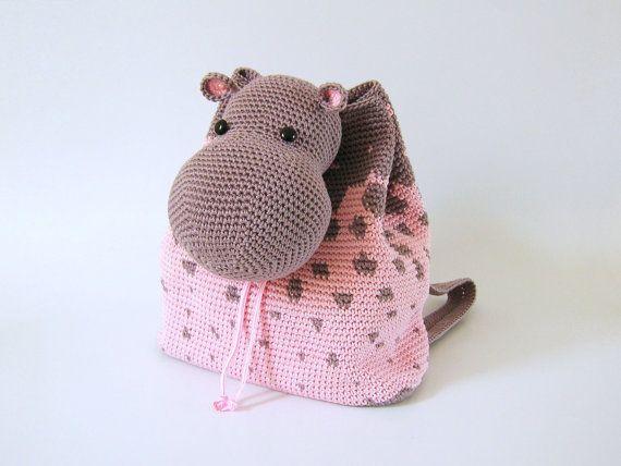 Gehaakt patroon voor hippo rugzak. Leuk en praktisch accessoir hebben voor kinderen. Grafieken met symbolen, schriftelijke instructies, foto tutorial.