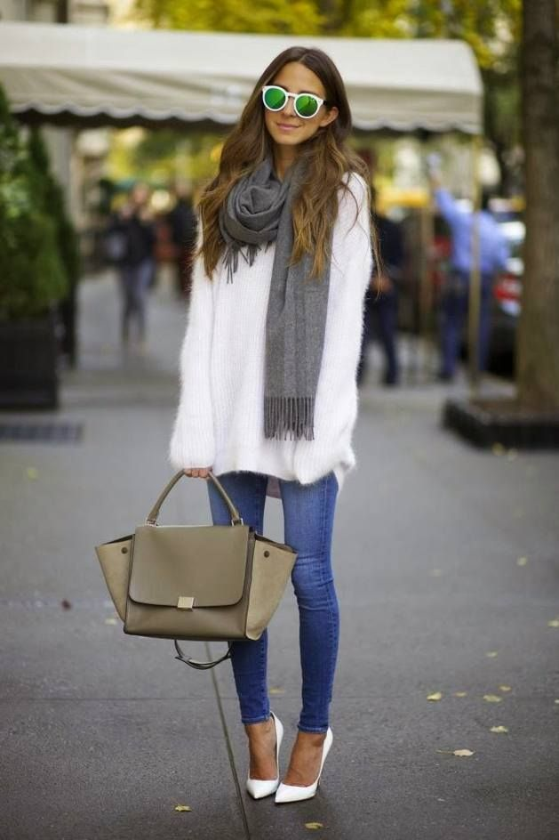Pull blanc oversize sur jean skinny & escarpins blancs : ce look a tout bon…