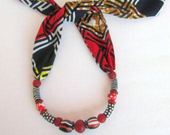 Deze mode sjaal ketting is samengesteld uit Afrikaanse wax katoen en gerecycled glaskralen. De lengte is verstelbaar dankzij haar sluiting type (knoop), zonder metalen delen opgenomen. De stijl van deze ketting is variabel en kan gedragen als een sjaal, choker of zelfs als een lange ketting. Het is een echt leuk stuk van juwelen en met uw Aanraking en fantasie kunt u genieten van het dragen van deze ketting op verschillende manieren.  Deze aanbieding is voor de blauwe halsketting met de drie…