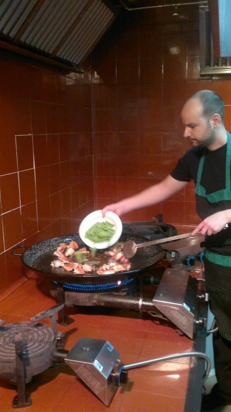 Preparando la paella en el Restaurante Mateu-Valencia