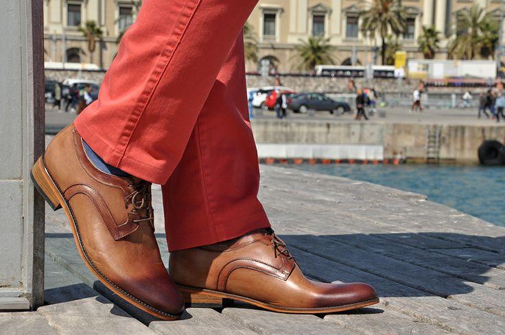 Dobrany duet - czerwone spodnie i brązowe skórzane #buty podwyższające #Betelli